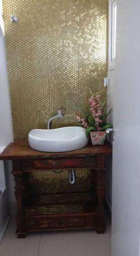 29. Usar móveis antigos como apoio para a cuba é uma tendência para os banheiros modernos