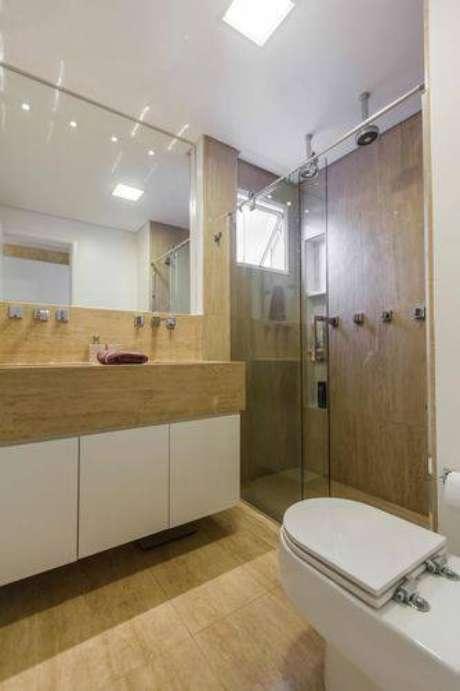 30. Revestimentos que imitam texturas naturais ficam ótimos em banheiros modernos