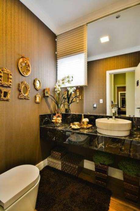 34. Uma decoração clássica também fica bonita em banheiros modernos
