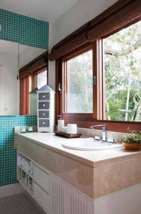 35. Abuse das texturas e cores nos banheiros modernos