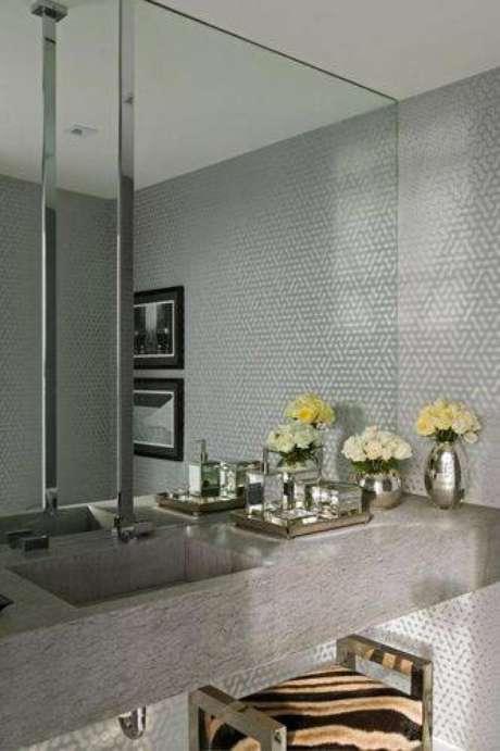 36. A cor cinza está em alta nas decorações de banheiros modernos