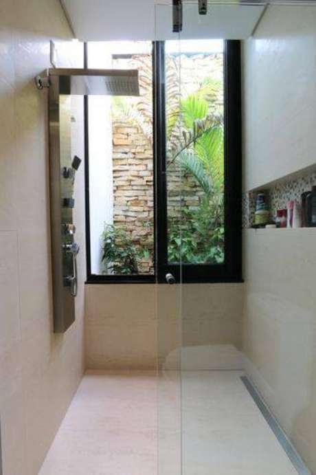 37. Janela grande fica lindo em banheiros modernos