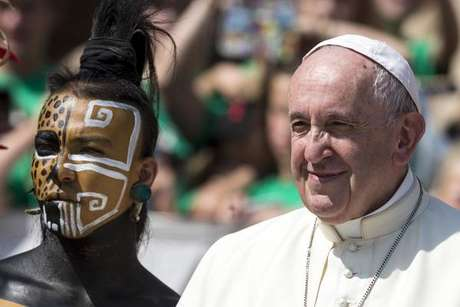 Papa Francisco posa com grupo mexicano na audiência geral, no Vaticano
