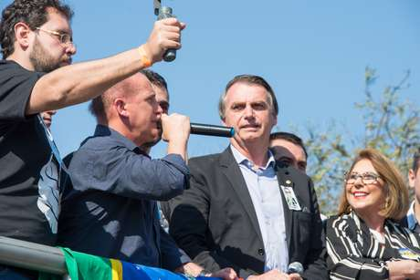 O candidato do PSL à Presidência da República, Jair Bolsonaro, discursa em carro de som após desembarcar no Aeroporto Salgado Filho, em Porto Alegre (RS), na manhã desta quarta-feira (29). Bolsonaro estava acompanhado do deputado Onyx Lorenzoni (DEM-RS).