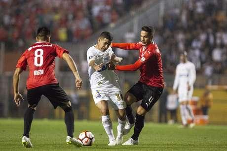 Derlis González é marcado por Alan Franco e Meza
