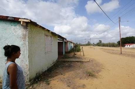 Mulher anda pela cidade de Atapirire, na Venezuela