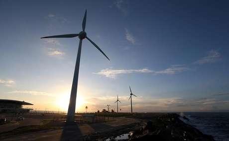 Turbinas eólicas em praia de Fortaleza, Ceará 26/04/2017  REUTERS/Paulo Whitaker