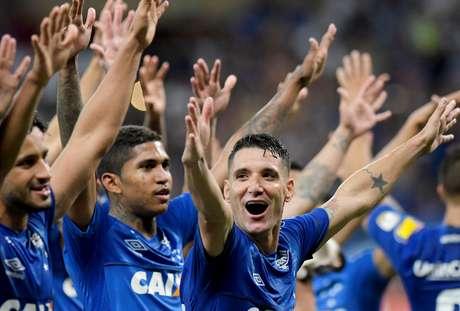 Jogadores do Cruzeiro comemoram classificação; ao centro, o meia Thiago Neves