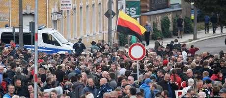 Manifestantes do lado de fora do estádio de futebol da cidade, onde governador se reunia com cidadãos