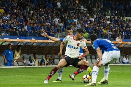 Paquetá domina a bola pelo Flamengo