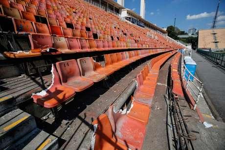 De acordo com a administração do estádio, 100 cadeiras foram danificadas