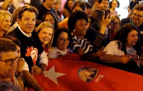 Candidato a vice na chapa do PT, Fernando Haddad, e presidente do partido, Gleisi Hoffmann, durante caminhada com apoiadores em Curitiba 30/08/2018 REUTERS/Rodolfo Buhrer