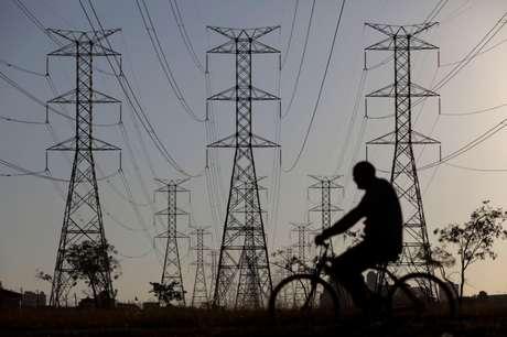 Homem passa de bicicleta por torres de energia em Brasília, Brasil 31/08/2017 REUTERS/Ueslei Marcelino