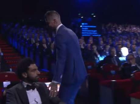 """O momento em que Sérgio Ramos """"cumprimenta"""" Salah (Foto: Reprodução)"""