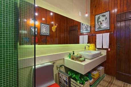 5. O banheiro da Estudio 7 Design tem a bancada enfeitada com pequenos cactos.