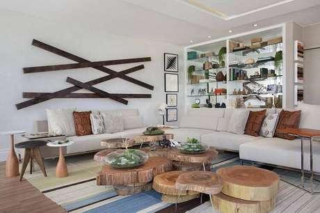 7. Os vidros na mesa de centro dão o toque natural para a sala de estar. Projeto por Gloria Copelo.