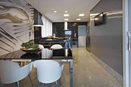 9. A mesa de jantar também é um bom lugar para vasos com cactos. Projeto por Gislene Lopes.