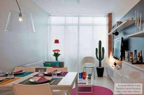 12. O cacto alto chama atenção para o canto da sala de estar. Projeto por Neto Porpino.