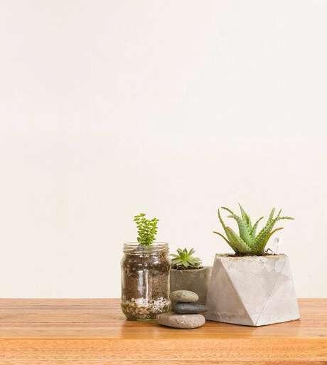 21. Os vasos de cimento queimado podem ser combinados com vidros e potes de vidro.