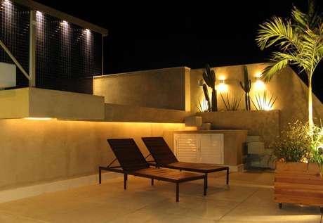 24. O jardim externo combina luzes com cactos alto, em um clima desétrico. Projeto por André Martins.