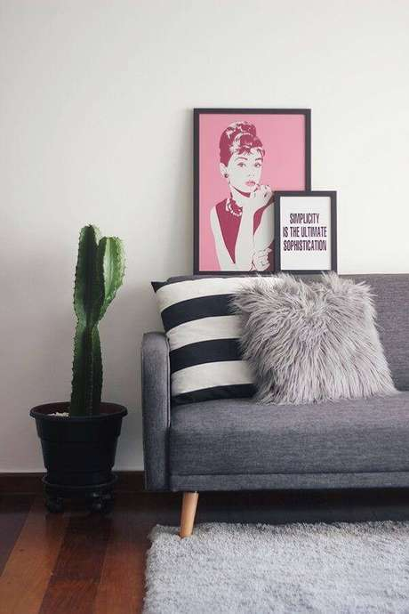 27. O toque natural da sala de estar fica por conta do cacto alto em vaso.