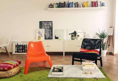 28. O projeto da Casa Aberta traz pequenos cactos nas bancadas industriais na sala de estar.