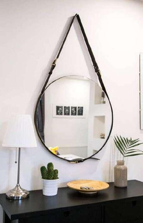 35- O vaso branco com cactos acrescenta charme na cômoda com espelho. Fonte: Milada Vigerova