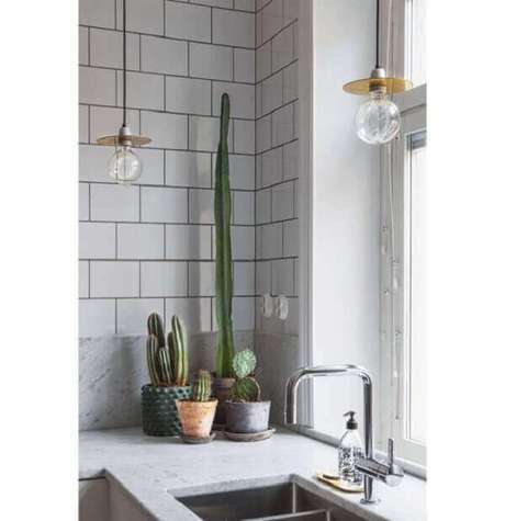 41- A decoração da cozinha é valorizada por jogo de vasos com cactos. Fonte: Pinterest
