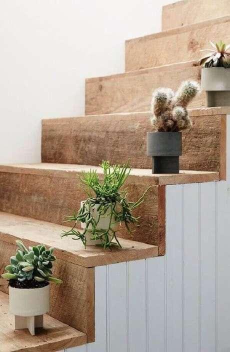 43- A coleção de vasos com cactos decora cada degrau da escada. Fonte: Pinterest