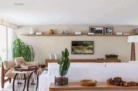 52- O vaso com cactos é o destaque do aparador atrás do sofá na decoração moderna. Fonte: Pinterest