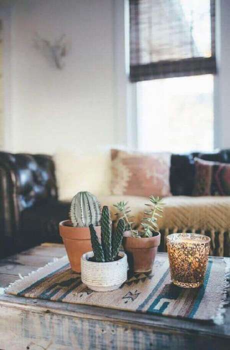 54- A mesa de centro da sala de estar é decorada com vasos de cactos. Fonte: Pinterest
