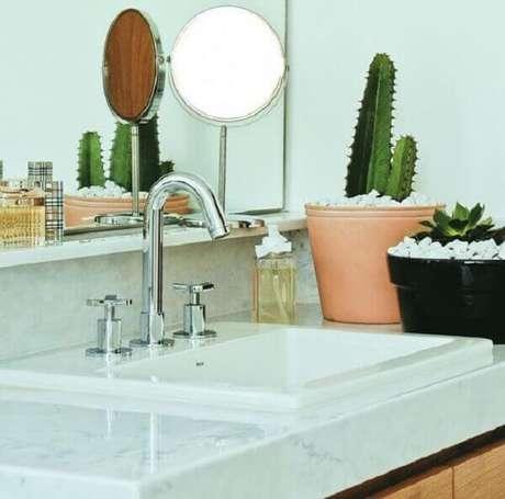 57- Dois vasos com cactos e pedrinhas brancas decoram a bancada do banheiro. Fonte: Pinterest