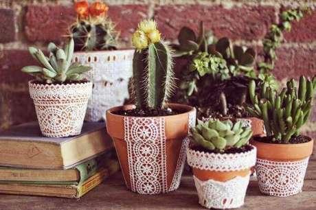 60- Coleção de vasos cerâmicos abrigam cactos exóticos. Fonte: Pinterest