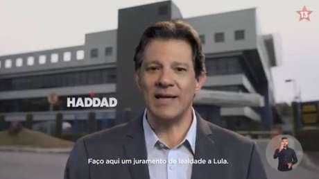 Haddad fala da frente da sede da Polícia Federal em Curitiba no primeiro vídeo da campanha petista à Presidência da República