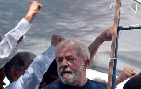 Ex-presidente Luiz Inácio Lula da Silva na frente de sindicato dos metalúrgicos em São Bernardo 7/4/2018 REUTERS/Leonardo Benassatto