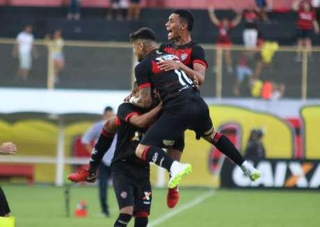 Jogando no Barradão, o Vitória contou com a expulsão precoce e infantil de Rafael Moura para se impor diante de sua torcida e derrotar o América-MG por 1 a 0