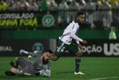 Miguel Borja, do Palmeiras, comemora após marcar gol em partida contra a Chapecoense