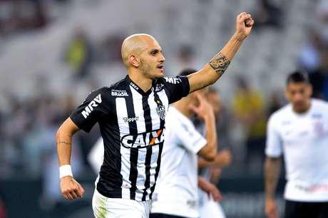 Fábio Santos comemora o seu gol no jogo contra o Corinthians; o tento igualou o marcador em 1 a 1 na Arena