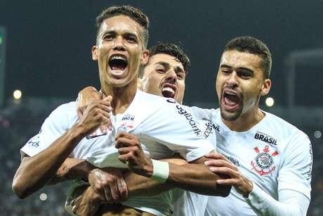 Pedrinho comemora o seu gol contra o Atlético-MG em jogo válido pelo Brasileirão