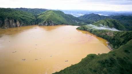 Após a liberação dos gases, a água da superfície ficou com uma cor marrom-avermelhada
