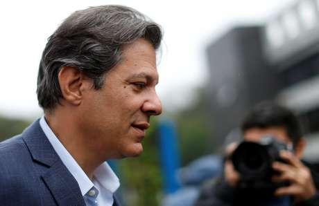 Candidato a vice na chapa presidencial do PT, Fernando Haddad dá entrevista coletiva em Curitiba, após visitar Lula na prisão 03/09/2018 REUTERS/Rodolfo Buhrer