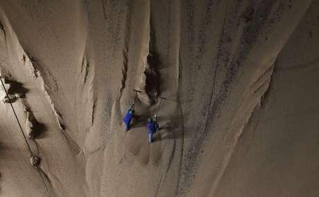Homens trabalham em montanha de soja estocada em Sorriso, Mato Grosso, Brasil 27/09/2012 REUTERS/Nacho Doce