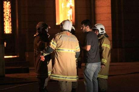 Bombeiros trabalham no incêndio do Museu Nacional