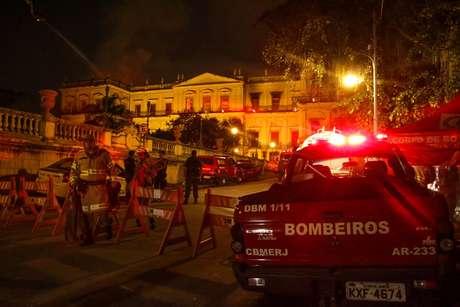 Bombeiros chegaram ao local por volta das 20h20 de domingo
