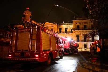 Caminhão dos bombeiros apoia combate às chamas no Museu Nacional