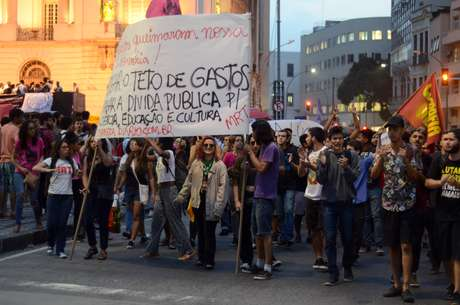 Jovens e universitarios se reunem na praca da Cinelandia no fim da tarde desta segunda-feira (03/09), em protesto e luto pelo Museu Nacional da Quinta da Boa Vista que foi destruido por um incendio na noite de domingo (02/09), no Rio de Janeiro.