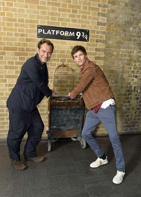 Jude Law e Eddie Redmayne na famosa plataforma 9 3/4