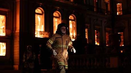 Operação de combate ao fogo foi feita durante a noite
