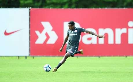Edenilson exalta fase defensiva do Inter, mas vê 'falta de capricho' no ataque