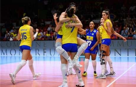 Suelen (de azul) durante vitória da seleção diante da Rússia no Torneio de Montreux